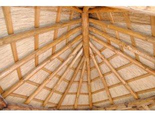 Laube mit einem Dach aus Schilf